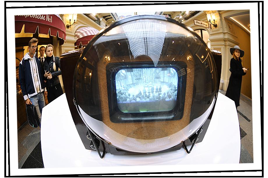Телевизор КВН-49 на выставке, посвящённой истории телевещания в России. ГУМ.