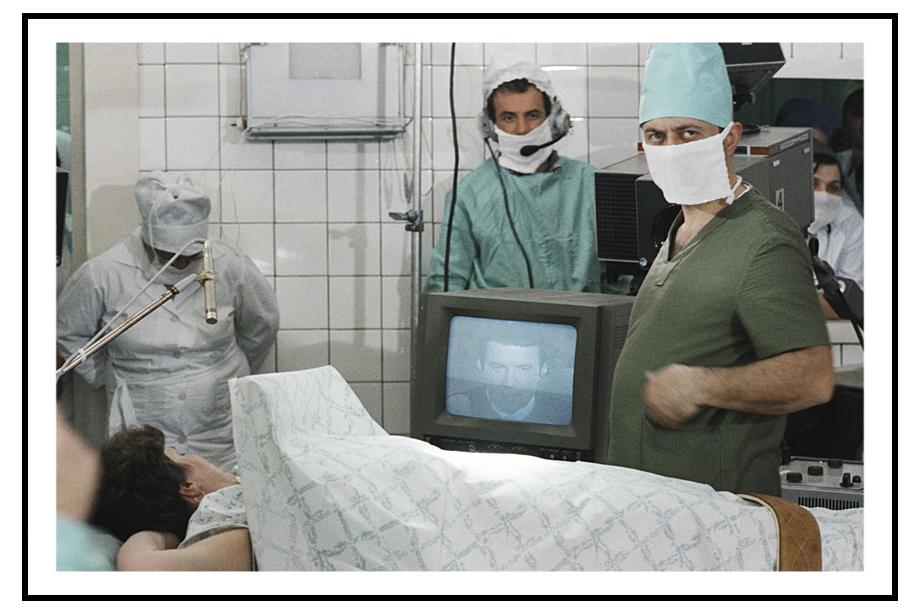 Психотерапевт Анатолий Кашпировский дистанционно обезболивает пациента во время сеанса психотерапии. СССР. 1 января 1989 года.