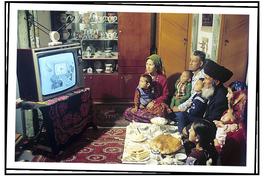 Туркменская семья смотрит телепередачу из Москвы после ввода ретрансляционной  космической системы связи «Москва». Туркменская ССР. 1981 год.