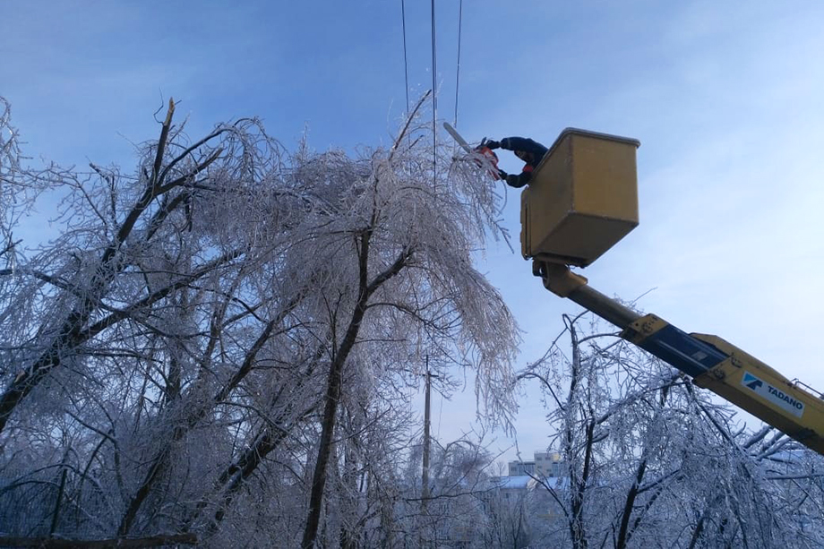 Непогода в регионе вызвала обрывы линий электропередачи, падение деревьев и конструкций.