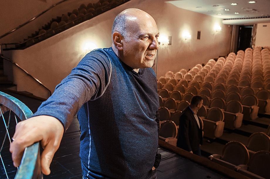 В качестве нового худрука Московского драматического театра Армена Джигарханяна департамент культуры Москвы предложит коллективу актёра и режиссёра Сергея Газарова.
