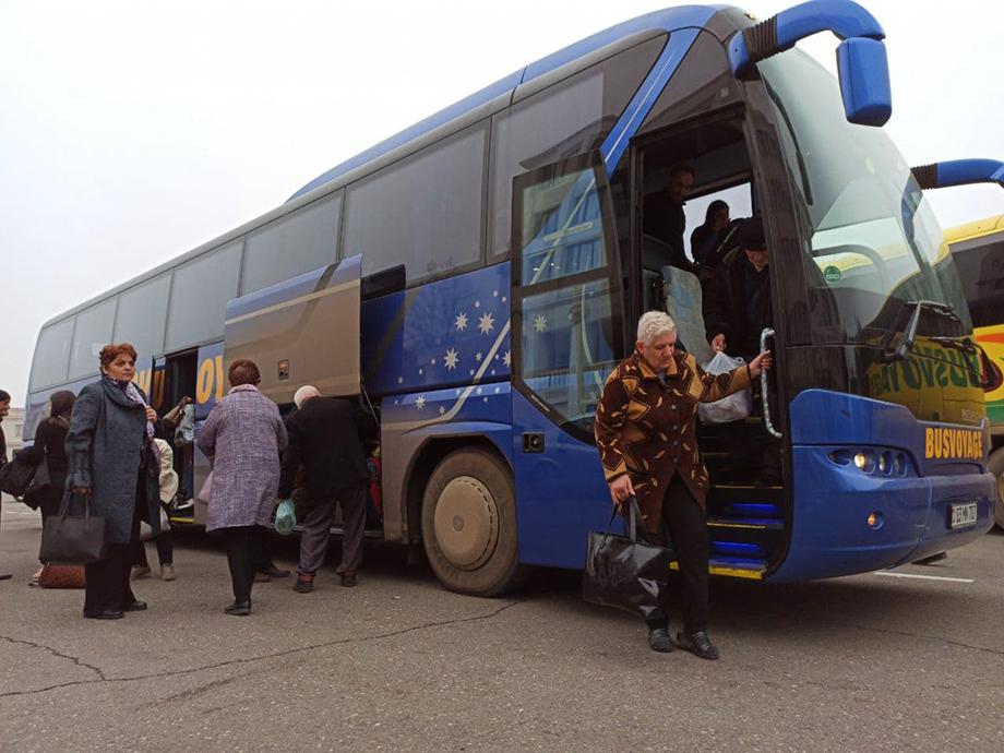 По Лачинскому коридору ежедневно едут автобусы с беженцами.