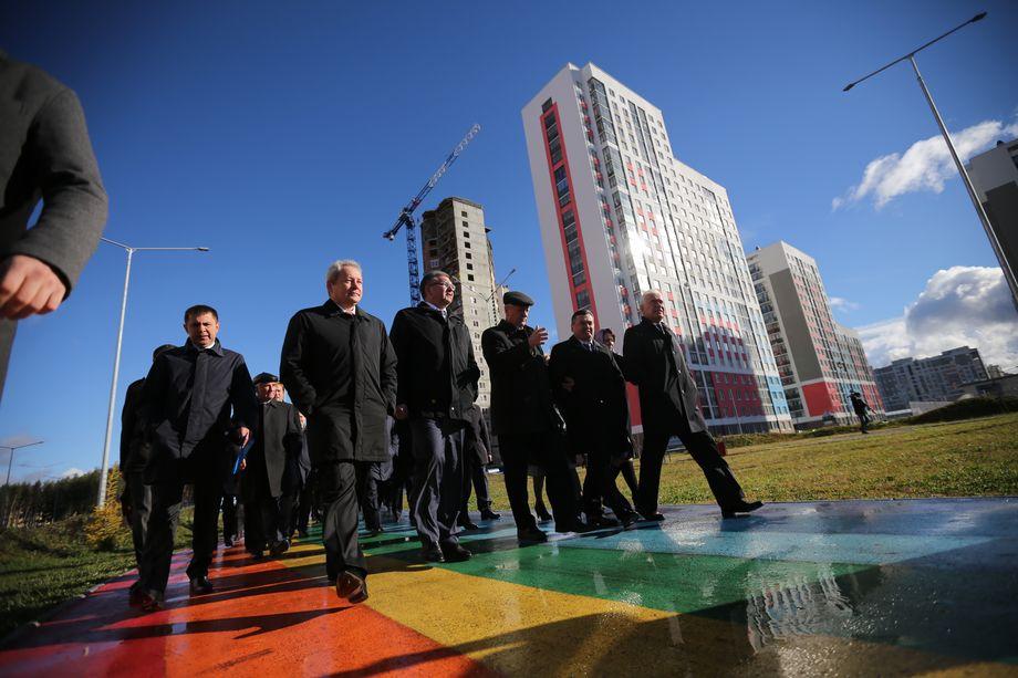 Бывший директор «РСГ-Академическое» Алексей Воробьёв (на фото третий справа) водил экскурсии по екатеринбургскому микрорайону, чтобы вдохновить тагильчан качеством и размахом строительства.