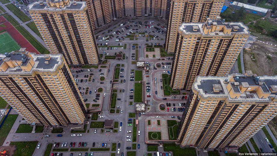 Архитекторы ввели новый термин для таких микрорайонов – «башни на парковках». Такой тип застройки отбросит российские миллионники назад.