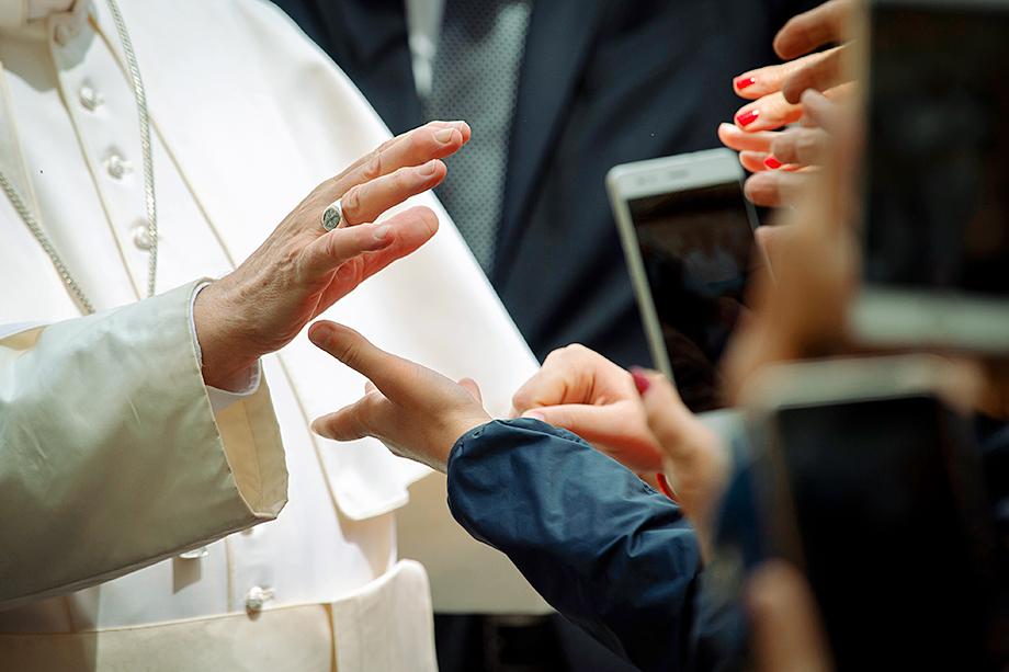 Несмотря на прогрессивность политики и кажущуюся простоту и доступность Папы Франциска, показатели его популярности невысоки.