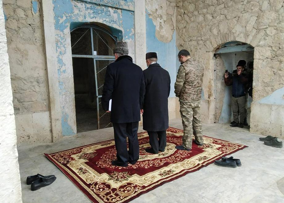 Первый намаз азербайджанские военные и мулла совершили прямо на глазах у русских военкоров.