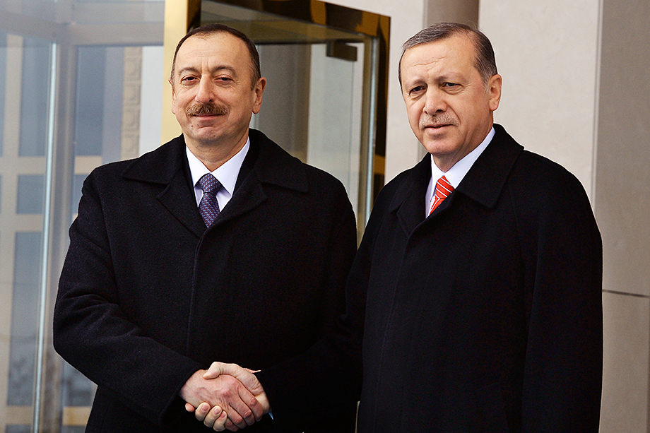 В треугольнике Великобритания – Турция – Азербайджан непростые отношения, но успешное существование в этом симбиозе определяется совпадением личных амбиций Алиева и Эрдогана (на фото слева направо).