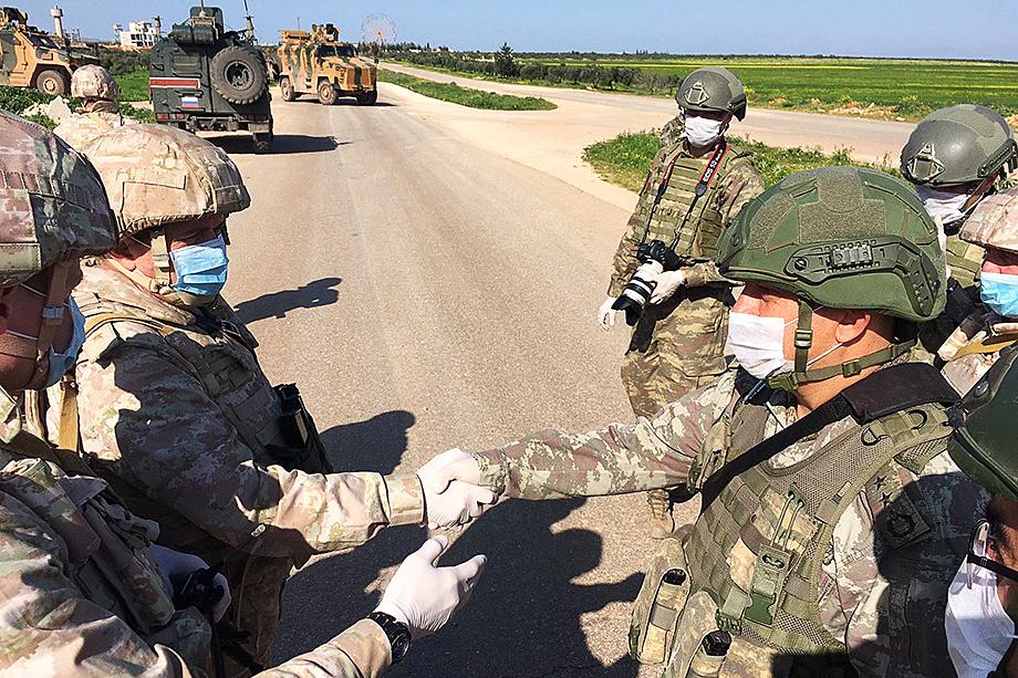 Россия и Турция вынуждены сотрудничать в Сирии (на фото). Так будет и на Кавказе. Но по зеркальному сценарию: здесь Анкара – приглашённая Баку сторона.