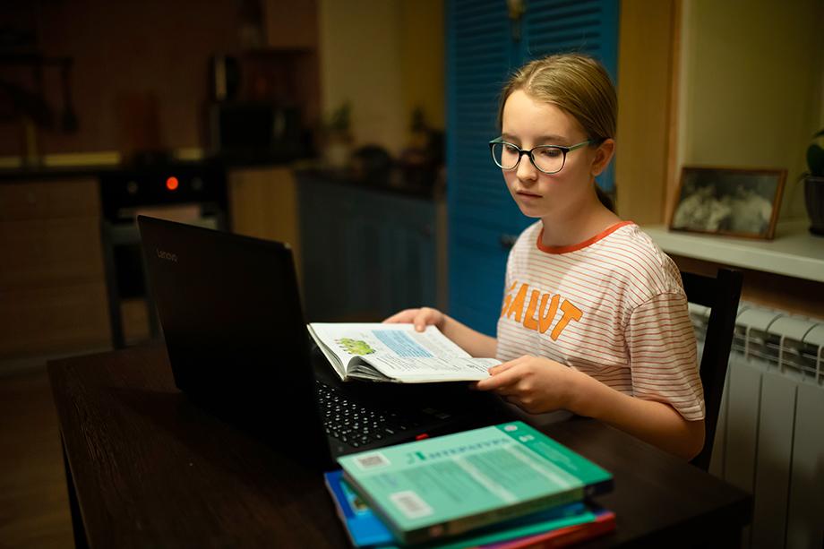 По мнению чиновников, основное время на дистанте дети должны уделять просмотру обучающих видео и конспектированию услышанного.