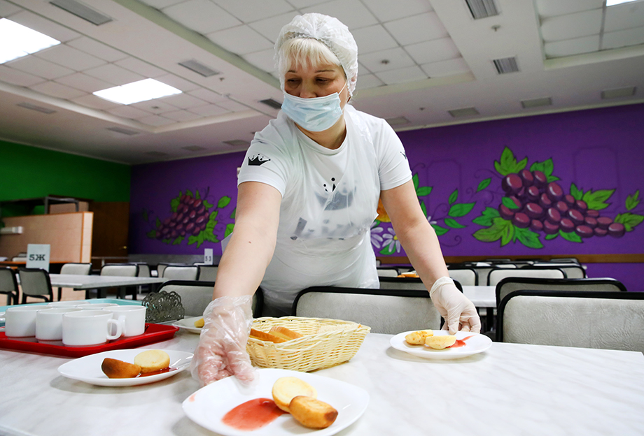 В Красноярске школьникам, имеющим льготы и переведённым на дистанционное обучение, предложили каждый день приходить в школу на завтрак или официально отказаться от питания.