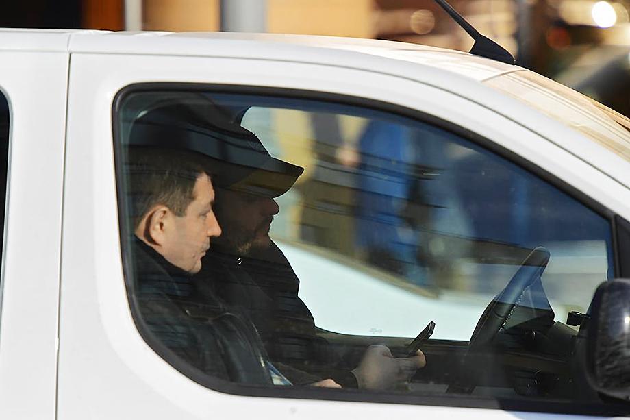 По мнению Виктора Травина, наличие телефона в руке водителя не может безусловно расцениваться как пользование гаджетом без системы «свободные руки».