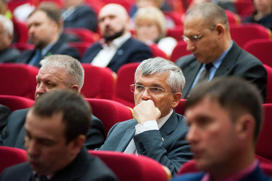 Александр Петров (на фото в центре), депутат Госдумы от Свердловской области, будет выдвигаться в следующем году от Еврейской АО.