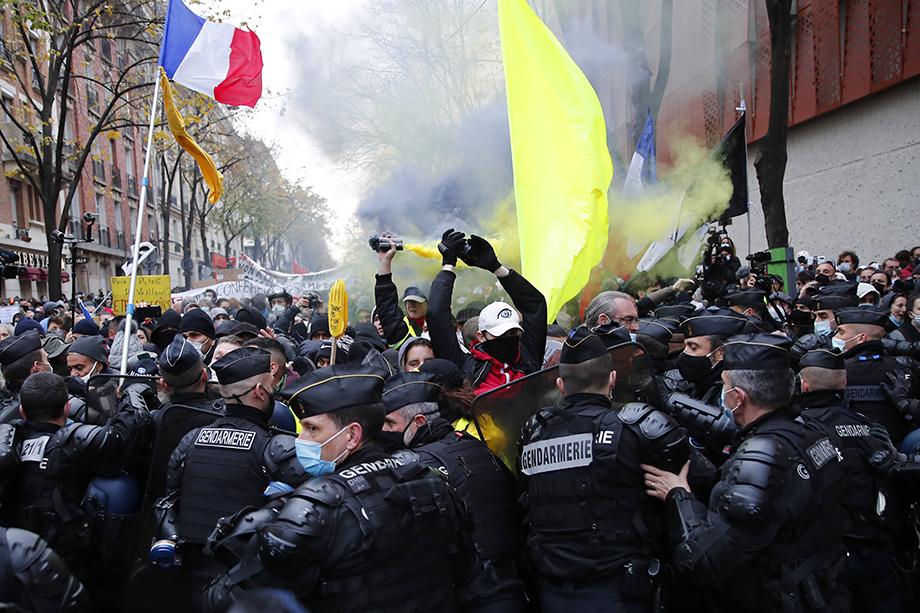 Полиция применила слезоточивый газ после того, как демонстранты стали взрывать петарды и кидать камни.