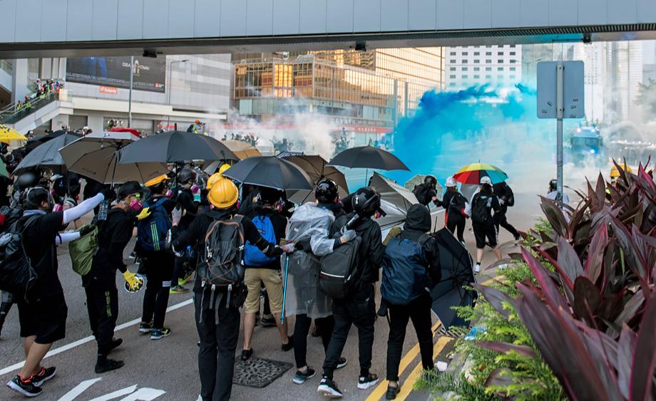 Применение водомётов с несмываемой краской полицией Гонконга.