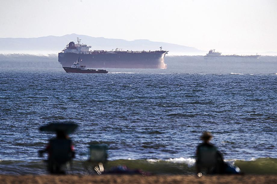 В апреле из-за переполненных нефтехранилищ около трёх дюжин танкеров с нефтью были припаркованы у Тихоокеанского побережья Калифорнии.