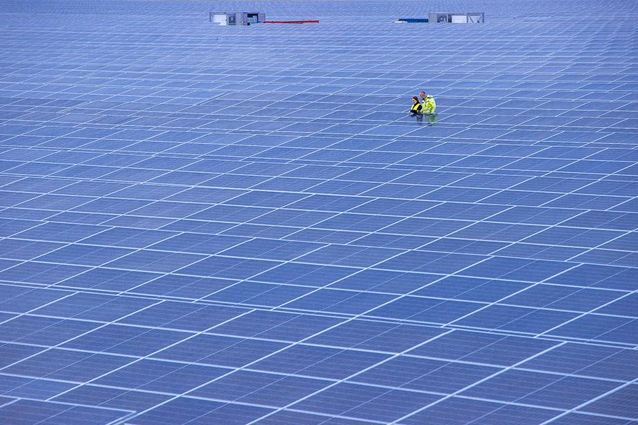 В Европе уже развёрнута настоящая гонка ВИЭ, и никого не волнует ни цена вопроса, ни тот факт, что, например, солнечные батареи являются грязными с экологической точки зрения.