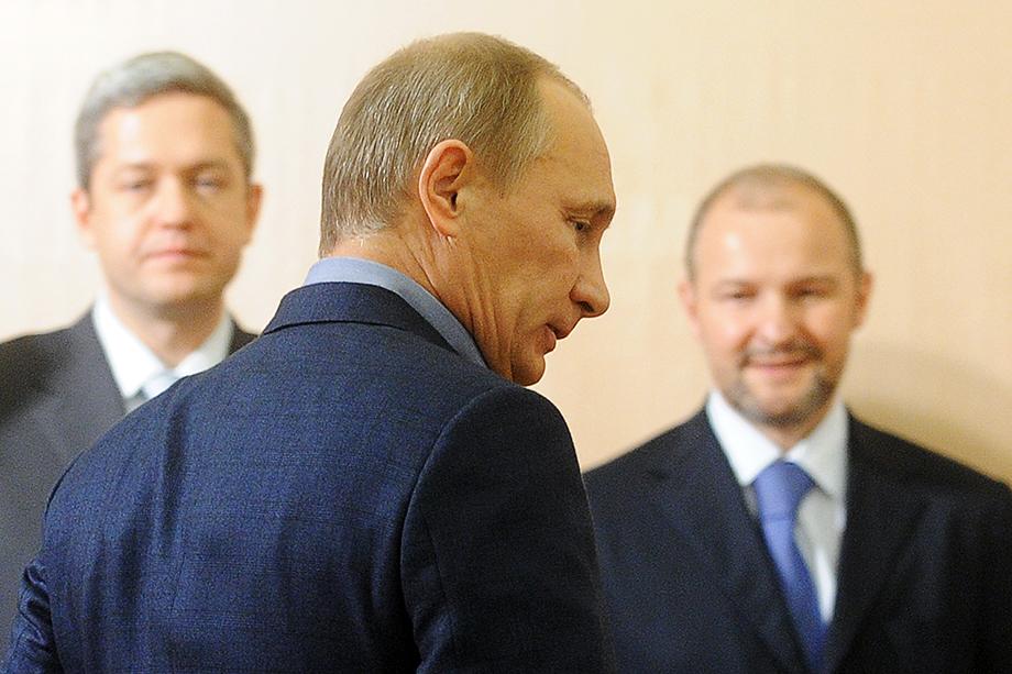 Владимир Путин (на фото в центре) неоднократно заявлял о необходимости осваивать и разрабатывать Арктику и северные территории России, поэтому для Троценко (на фото справа) это ещё и способ укрепить свои позиции.