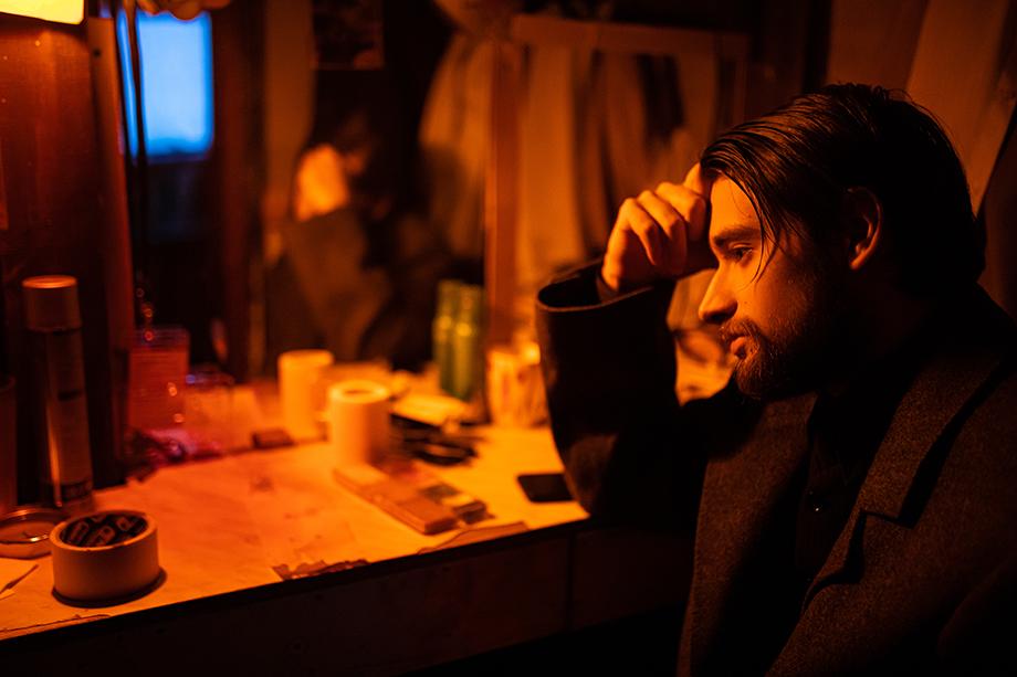 Спектакль «Поле». Дмитрий Мурзаев за несколько минут до смерти его персонажа, американского бизнесмена Уильяма Ди.