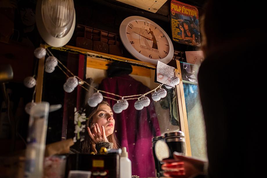 Актриса театра Милена Хмылова родом из Санкт-Петербурга. Гримёрки в театре «У Моста» рассчитаны на двоих человек, но не стоит думать, что актёры шикуют: метраж каждой – не более трёх квадратных метров.