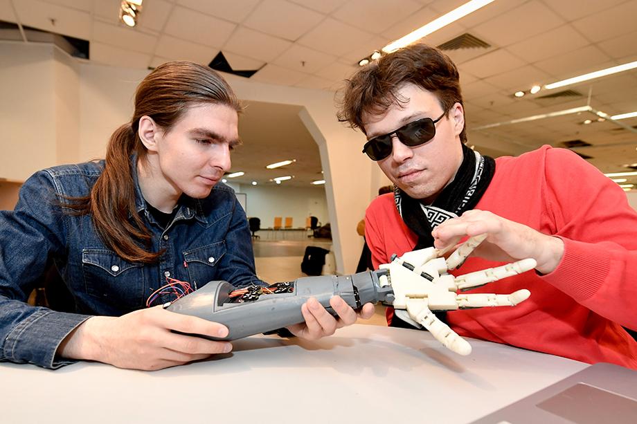 В России живёт порядка миллиона инвалидов «потенциально университетского» возраста – и пандемия коронавируса с массовым переходом на онлайн-обучение неожиданно дала им шанс сесть за парту не выходя из дома.