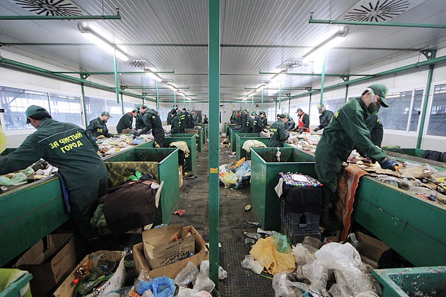 Линия сортировки мусора на заводе ОАО «Сочинский мусороперерабатывающий комплекс». 2012 год.