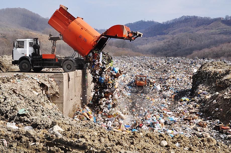 Гружёные мусором самосвалы были вынуждены преодолевать в день по 600 километров, тратя на дорогу до 22 часов.