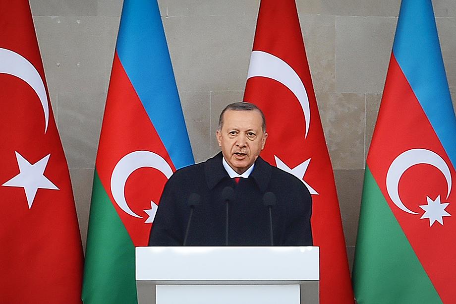 На военном параде в Баку Эрдоган прочитал символичное стихотворение азербайджанского поэта Бахтияра Вагабзаде «Араз-Араз», ещё раз намекая на объединение всех тюркских народов.