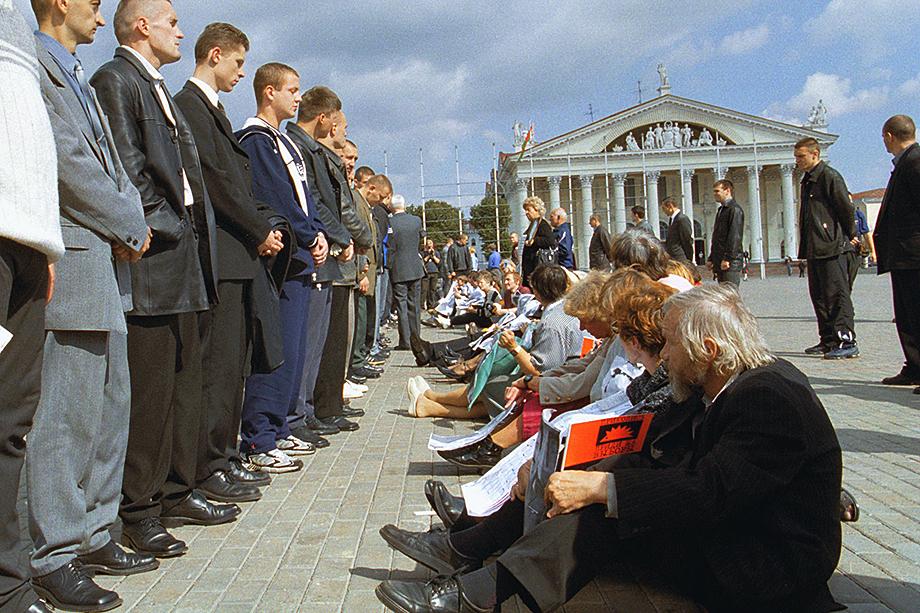Пикет оппозиции в Минске перед Дворцом Республики 4 сентября 2001 года, где проходила встреча кандидата в президенты Александра Лукашенко и избирателей.