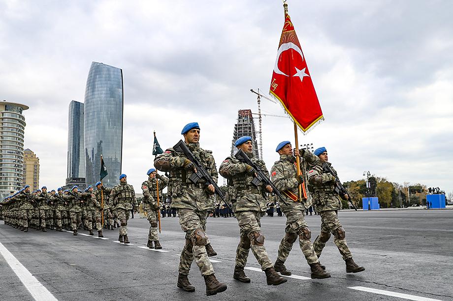 Турецкие военные приняли участие в параде в честь подписания мирного соглашения с Арменией по Нагорному Карабаху в Баку 10 декабря 2020 года.