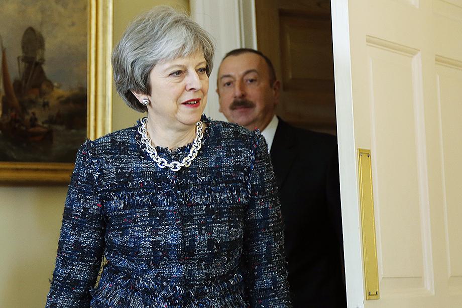 Идейные вдохновители «Армии Турана» сидят в Туманном Альбионе. Алиев давно хорошо знает, что он работает на британцев. На фото: Тереза Мэй, бывший премьер-министр Великобритании, и Ильхам Алиев.