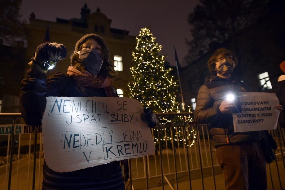 Протесты в Чехии против участия России и Китая в тендере на строительство нового энергоблока «Дукованы». Надпись на плакате слева: «Не позволим обещаниям усыпить нас. Неедлы один в Кремле».