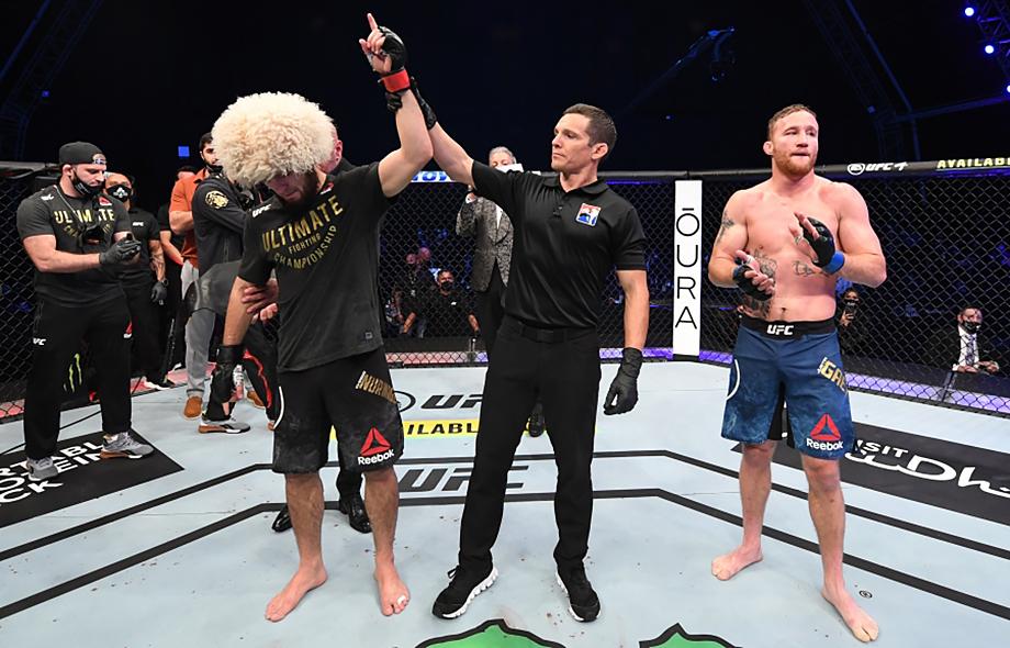 24 октября россиянин в третий раз защитил титул чемпиона UFC в лёгкой весовой категории.