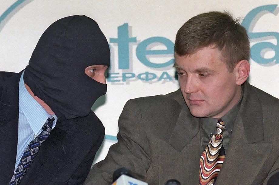 Атаки в адрес Путина резко трансформировались в войну против России после громкой истории с отравлением Александра Литвиненко (на фото справа).