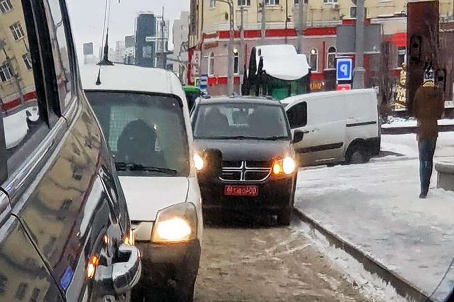 Чёрный автомобиль принадлежит консульству США в Екатеринбурге. Фото сделано в окно заднего вида возле администрации города.