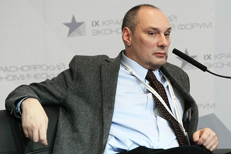 Ефим Островский известен как близкий партнёр политтехнолога и мыслителя Петра Щедровицкого (на фото).