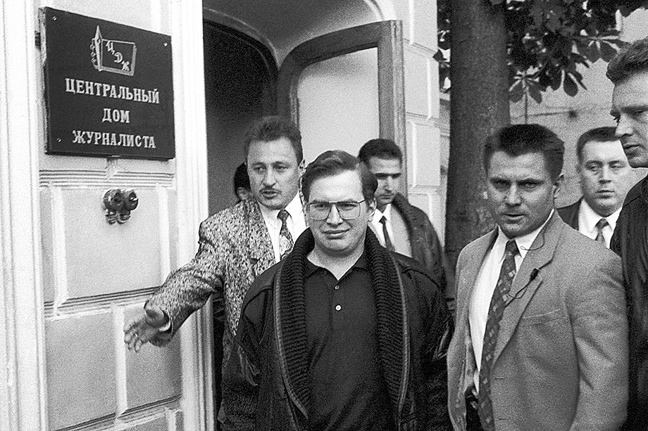 Помимо прочих «заслуг» Островскому приписывают и создание пирамиды МММ Сергея Мавроди (на фото в первом ряду слева).