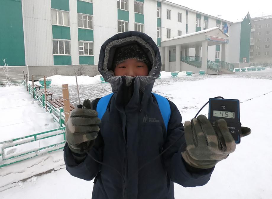 По данным управления образования Якутска, температура в городе опустилась ниже минус 45 градусов Цельсия.