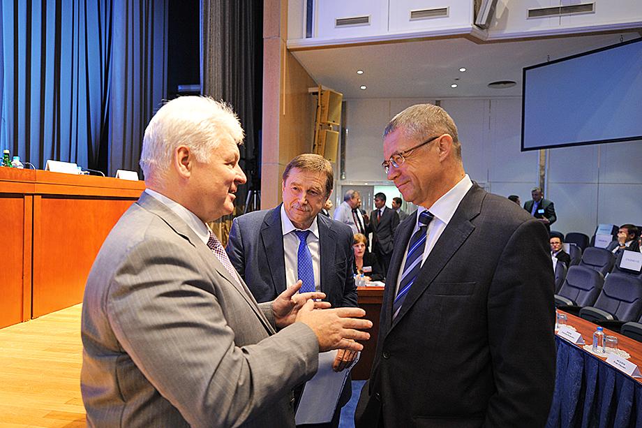 Первыми корабль «Газпрома» покинули заместители Миллера Валерий Голубев (на фото слева) и Александр Медведев (на фото справа).
