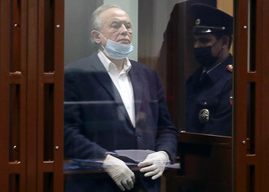 Олега Соколова обвиняют в убийстве и незаконном хранении оружия.