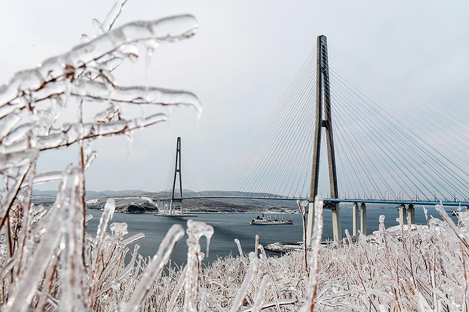 В ночь с 18 на 19 ноября в Приморском крае начались осадки в виде дождя, перешедшего в снег и ледяной дождь. Движение через мост на остров Русский перекрыто из-за падения льда с вант на проезжую часть.
