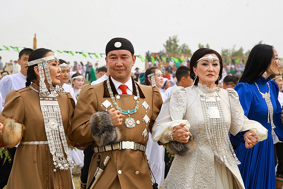 Глава Якутии Айсен Николаев с супругой Людмилой (слева) и мэр Якутска Сардана Авксентьева (вторая справа) во время празднования якутского Нового года в этнографическом парке «Ус Хатын».