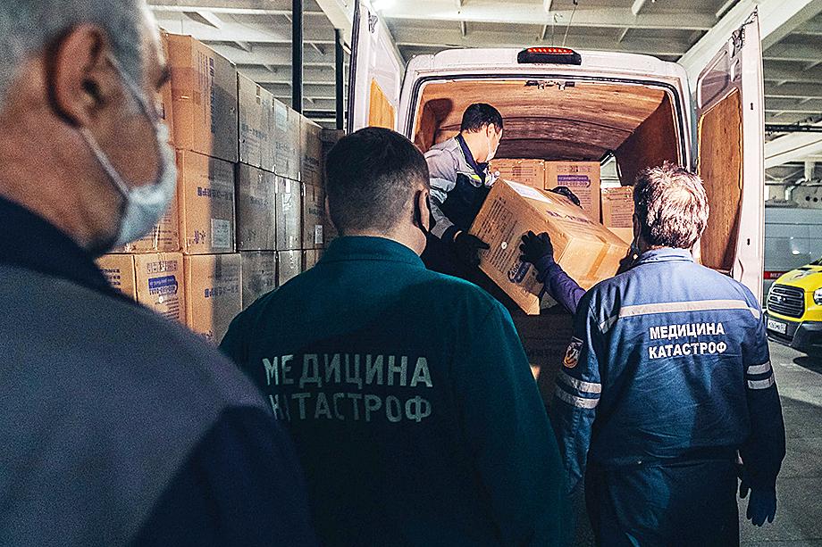Разгрузка первой партии благотворительной помощи из 6,9 тысячи дополнительных комплектов индивидуальной защиты для медиков.