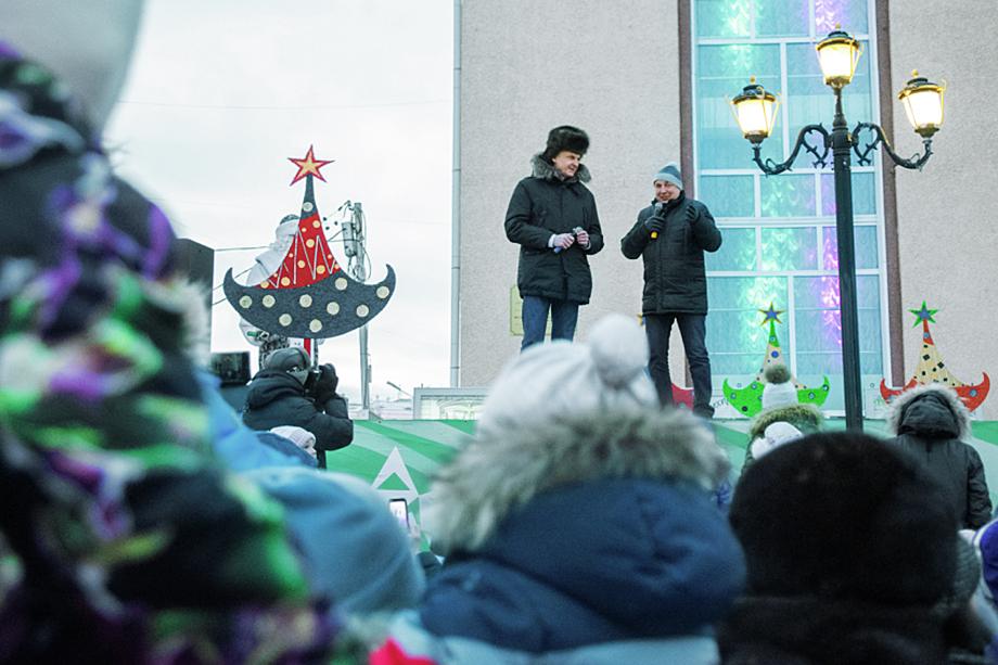 Губернатор Магаданской области Сергей Носов (слева) и мэр Магадана Юрий Гришан (справа) на праздничном шествии Дедов Морозов.