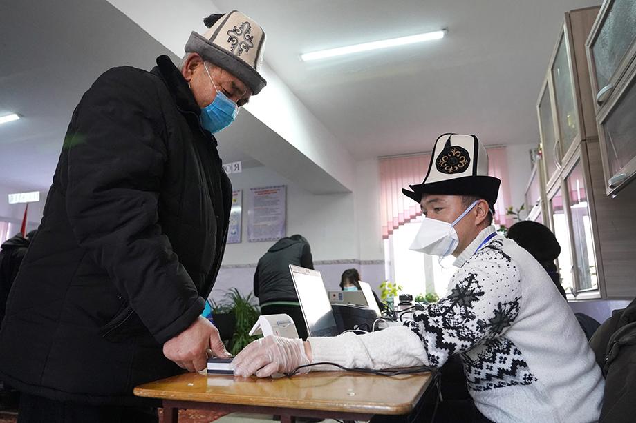 Мужчина во время голосования на досрочных выборах президента Киргизии на избирательном участке № 7194.