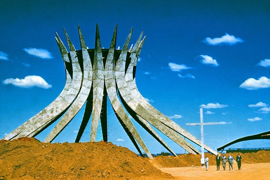 Бетонный каркас главного кафедрального собора Бразилиа, спроектированный архитектором Оскаром Нимейером. 1960 год.