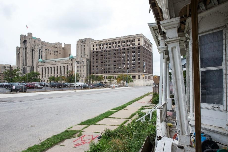 Детройт, легендарная столица американского автомобилестроения, превратился в практически вымерший город. Без каких-либо попыток реанимации.