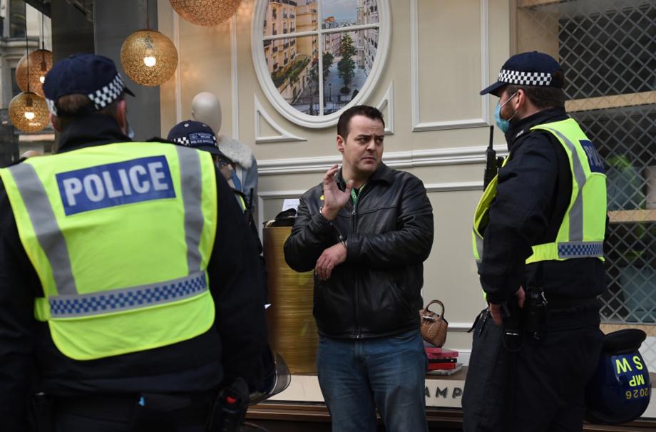 Количество нарушителей карантинных правил в Британии растёт едва ли не каждый день.