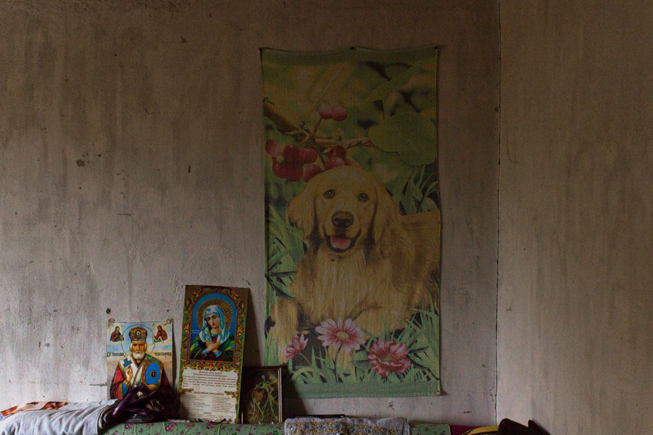 Иконы и банное полотенце вместо картины над кроватью Веры Степановны.