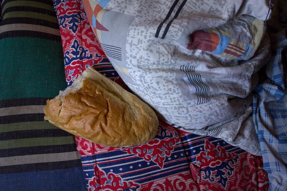 Половина батона у подушки Валерия.