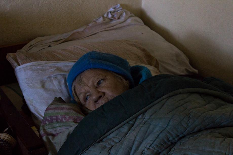 Надежда Серафимовна, 78 лет, родилась в Ульяновске. Есть дочь. Волонтёры забрали её осенью с автобусной остановки. У женщины были перелом шейки бедра и компрессионные переломы двух позвонков. Через пять месяцев, уже находясь в «Теремке», Надежда Серафимовна снова начала ходить.